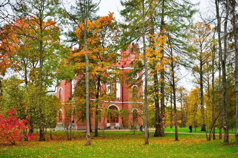 Pavillon des Arsenals im Herbst Alexander Park des Zars stockbilder