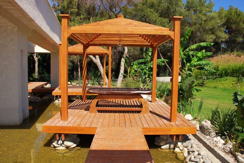 Pavillon en bois dans le jardin tropical sur la ressource d'été photographie stock libre de droits