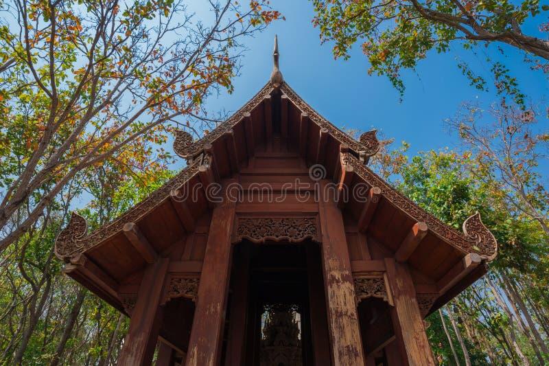 Pavillon en bois en Wat Analayo Thipphayaram photos libres de droits