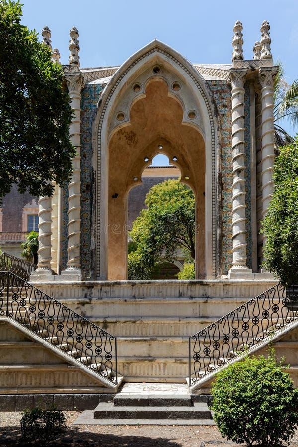 Pavillon gothique dans le cloître de San Nicolo l arène de ` photos libres de droits