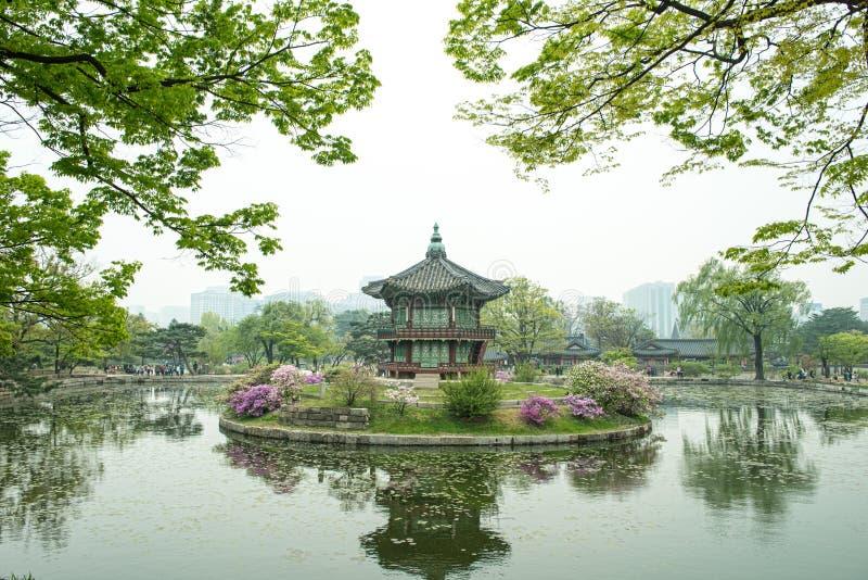 Pavillon hexagonal de Hyangwonjeong de palais de Gyeongbokgung à Séoul, Corée Érigé par la commande royale du Roi Gojong en 1873 photo stock