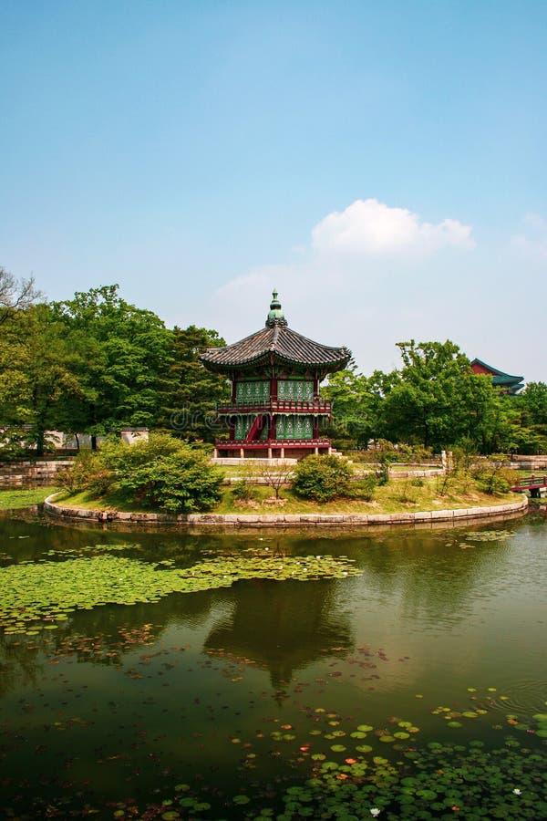 Pavillon Hyangwonjeong au palais Gyeongbokgung, Séoul, Corée du Sud photo stock