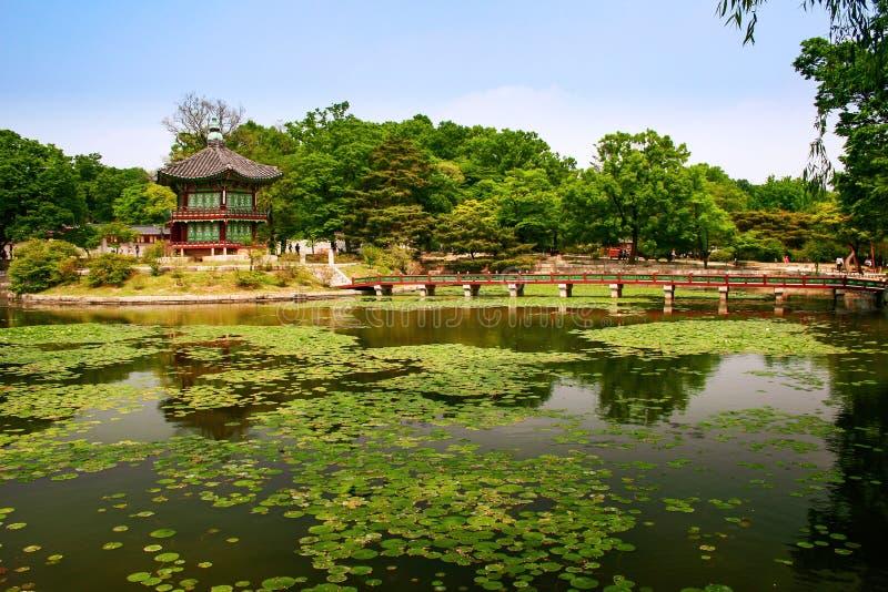 Pavillon Hyangwonjeong et pont Chwihyanggyo au palais Gyeongbokgung, Séoul, Corée du Sud images stock