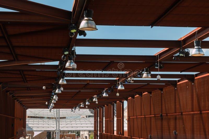 Pavillon industriel : Structure de toit en bois avec des lampes et des cames photographie stock