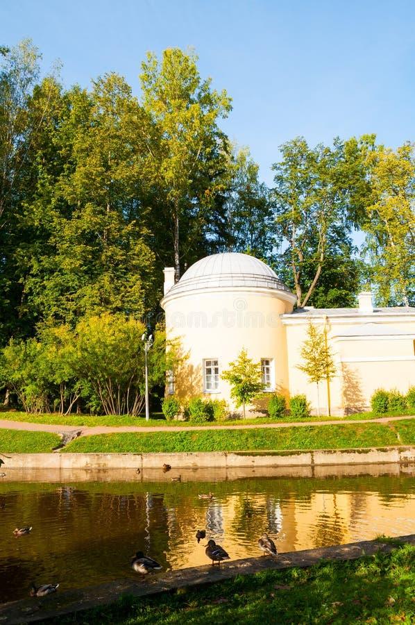 Pavillon-kaltes Bad am Pavlovsk-Park nahe Slavyanka-Fluss in Pavlovsk nahe St Petersburg, Russland Parkblick lizenzfreie stockbilder