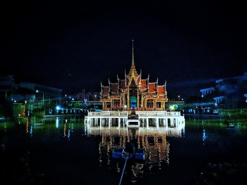 Pavillon in mittlerem Teich lizenzfreie stockfotografie