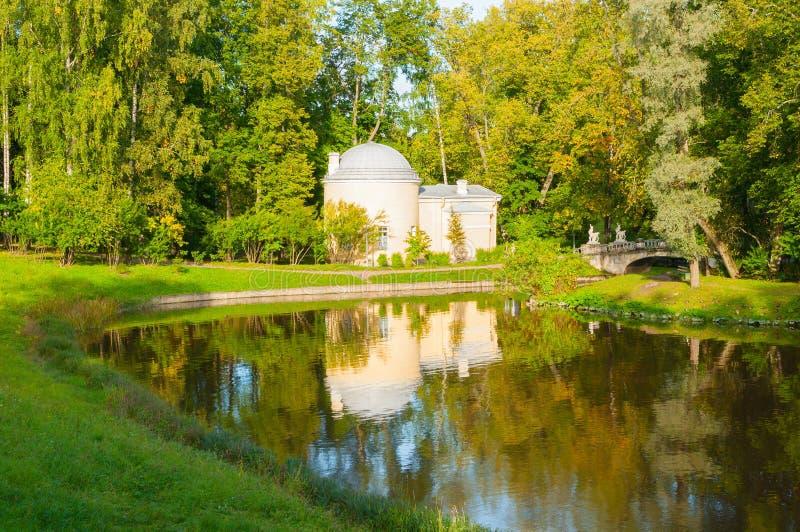 Pavillon nannte Cold Bath am Pavlovsk-Park nahe Slavyanka-Fluss in Pavlovsk, St- Petersburgregion, Russland stockfoto