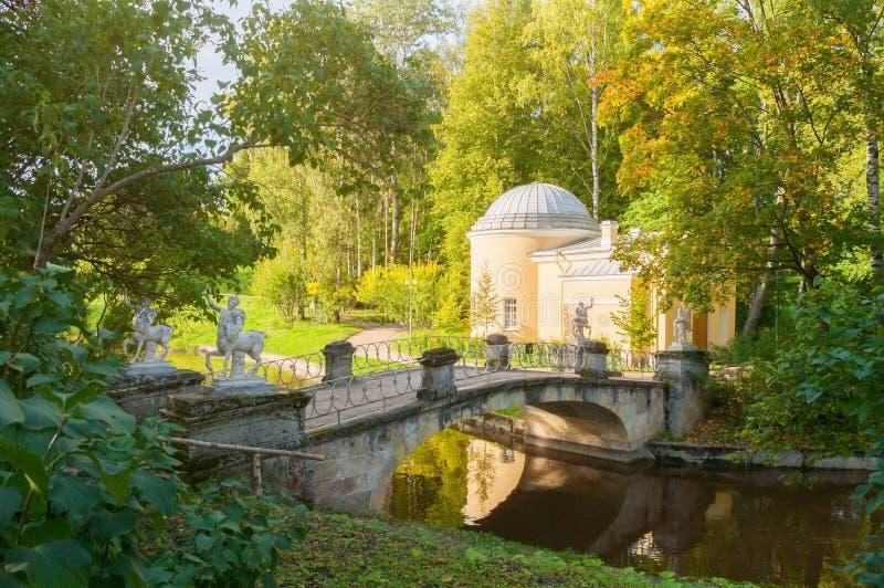 Pavillon nannte Cold Bath und Zentaurbrücke am Pavlovsk-Parkgebiet in Pavlovsk, St Petersburg, Russland lizenzfreie stockfotografie