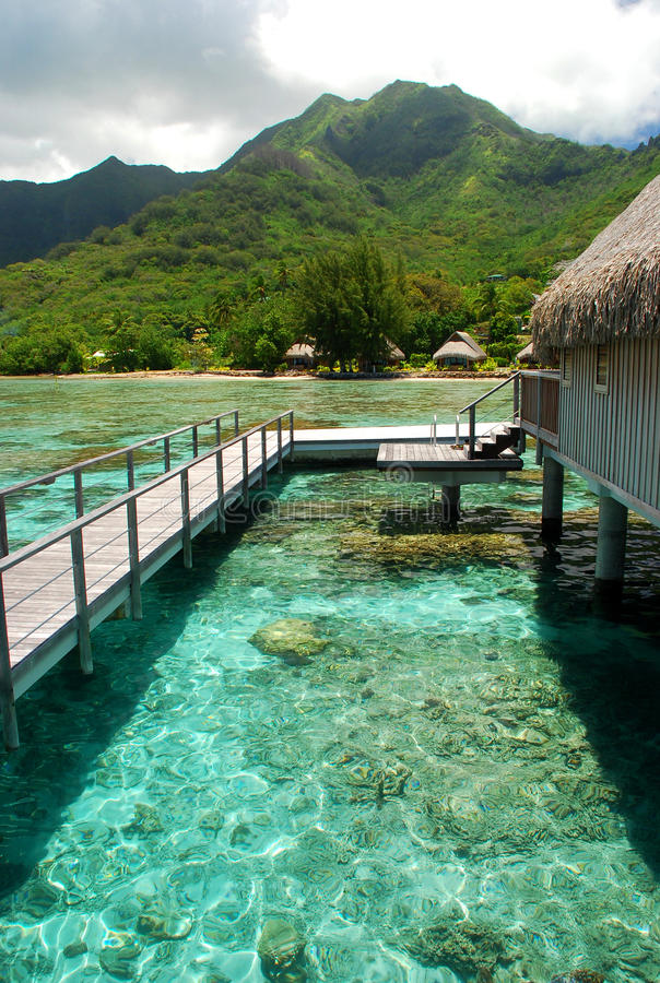 Pavillon polynésien d'overwater. Moorea, Polynésie française photos libres de droits