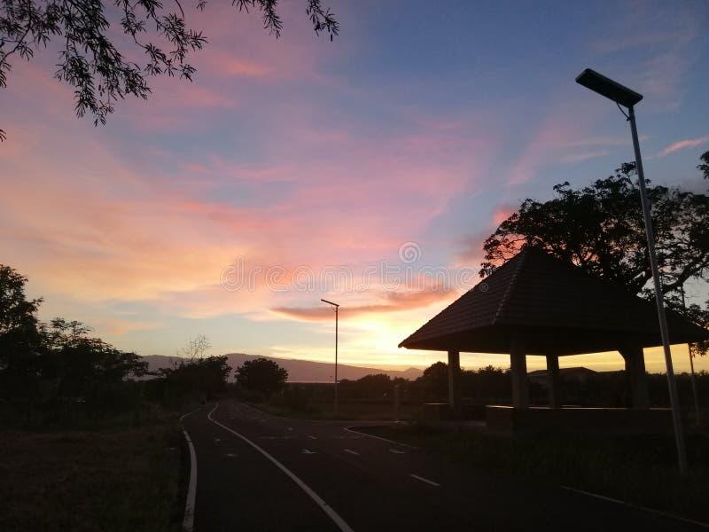 Pavillon près de route et de coucher du soleil à l'arrière-plan photos libres de droits