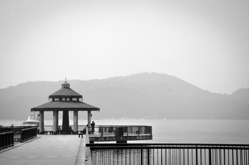 Pavillon quai et bord de mer, photo en noir et blanc de couleur monochrome, espace photographique, concept de solitude, lac Lune  photos stock