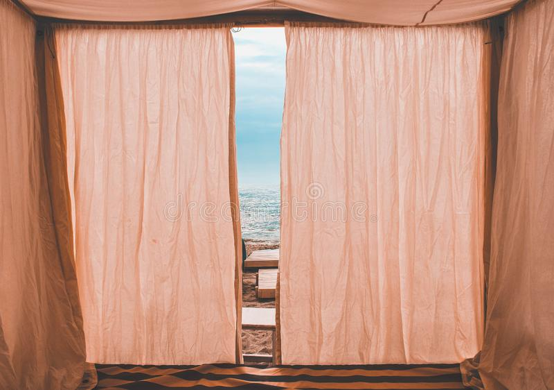 Pavillon rose sur la plage photographie stock libre de droits