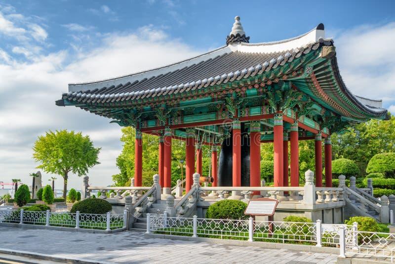 Pavillon stupéfiant de cloche au parc de Yongdusan de Busan, Corée du Sud photographie stock libre de droits