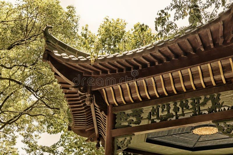 Pavillon surplombant de l'Eaves-Chine images libres de droits