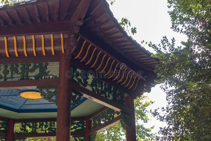 Pavillon surplombant de l'Eaves-Chine image libre de droits