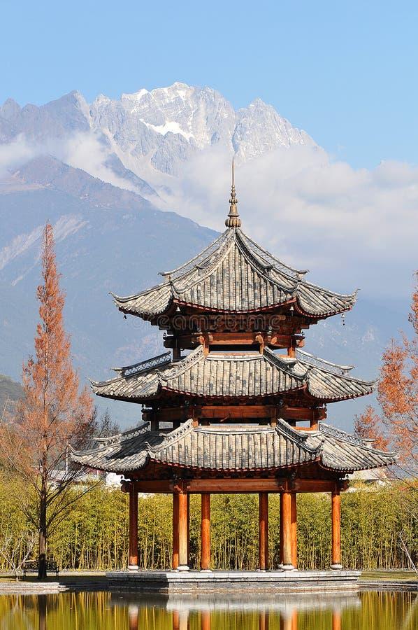 Pavillon und Jade Dragon Snow Mountain stockbilder