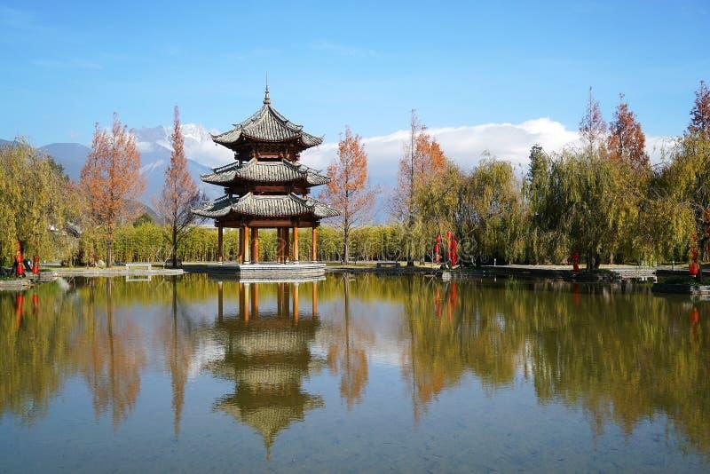 Pavillon und Jade Dragon Snow Mountain stockfotografie