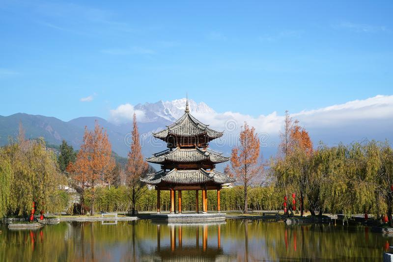 Pavillon und Jade Dragon Snow Mountain stockbild