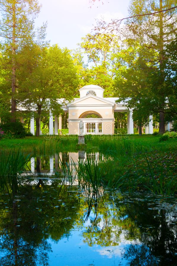 Pavillon Voliere-Gebäude am Pavlovsk-Park in Pavlovsk, St- Petersburgregion, Russland lizenzfreie stockfotografie