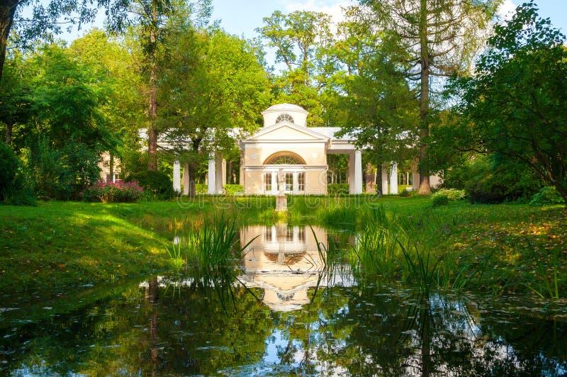 Pavillon Voliere-Gebäude am Pavlovsk-Parkgebiet in Pavlovsk, St Petersburg, Russland stockbilder