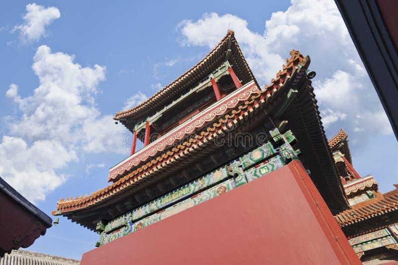 Pavillon von Lama Temple Beijing gegen einen blauen Himmel lizenzfreie stockfotos