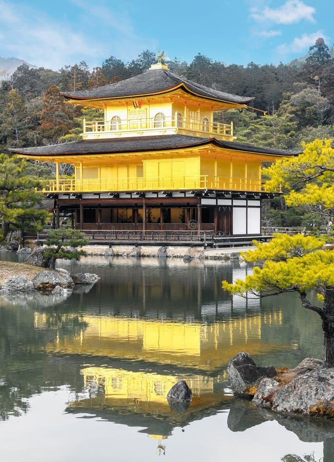 Pavillon-Zenbuddhist Kinkakuji-Tempels goldener auf See in Tokyo stockfotos