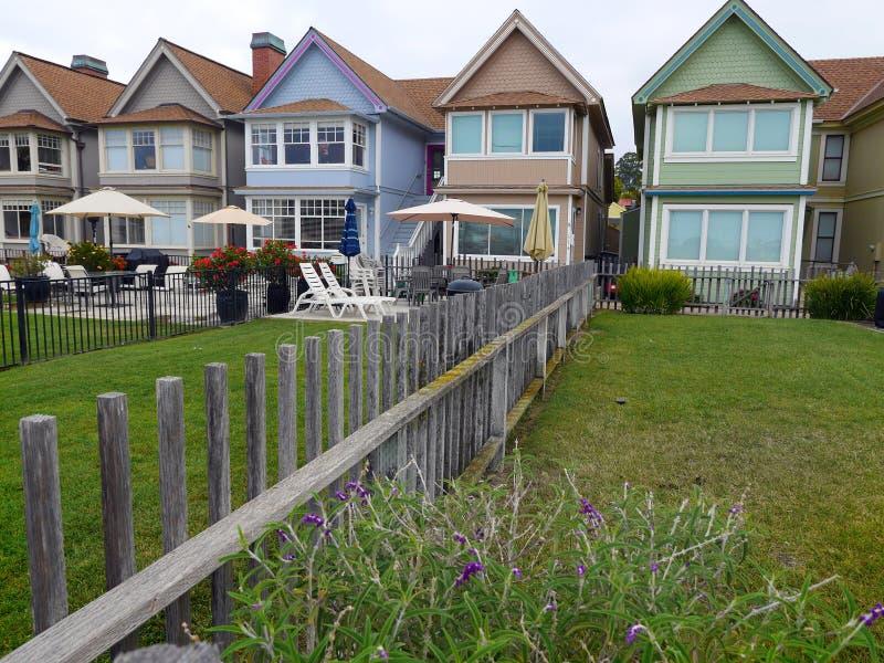 Pavillons construits pour la location près de la plage avec la petite correction de la pelouse verte photo libre de droits