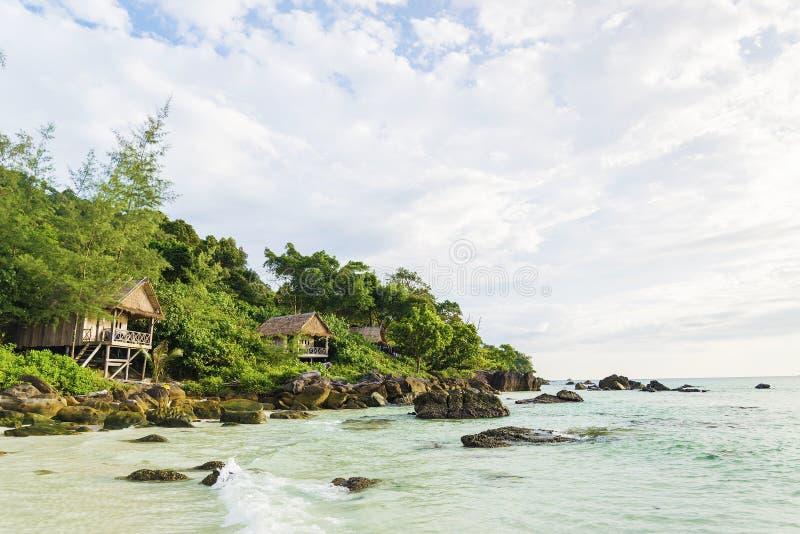 Pavillons en bambou et en bois en île Cambodge de rong de KOH image libre de droits