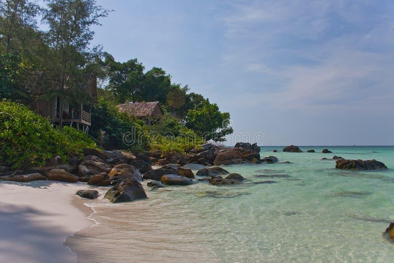 Pavillons en bambou sur la plage gentille photographie stock libre de droits