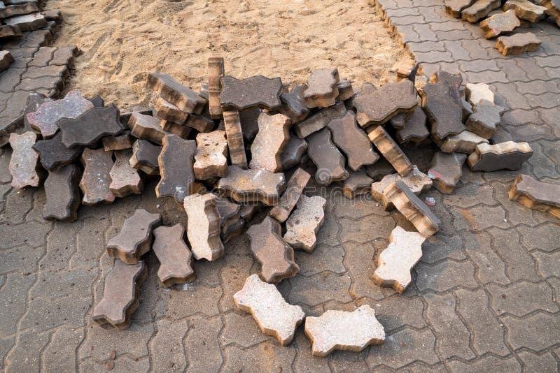 Pavimentação inacabado da passagem com a pilha de pedras de pavimentação imagens de stock