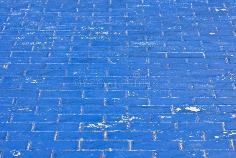 A pavimentação velha no azul imagem de stock royalty free