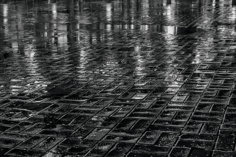 Pavimentazione bagnata alla notte immagini stock
