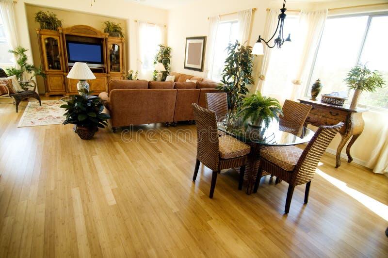 Pavimentazione del legno duro nella casa aperta di programma fotografia stock libera da diritti