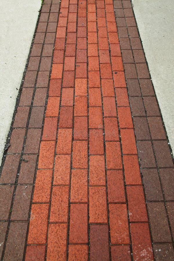 Pavimentazione del mattone rosso su un marciapiede all'aperto in U.S.A. fotografia stock