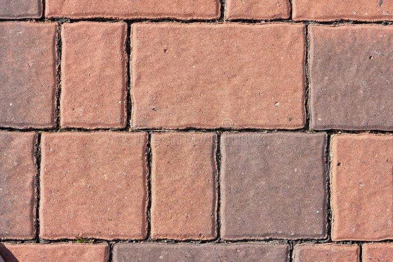 Pavimentazione del mattone rosso Vista superiore del sentiero per pedoni delle pietre per lastricati dei mattoni rossi su un'aria immagini stock libere da diritti