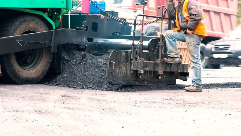pavimentazione della macchina dell'asfalto immagine stock