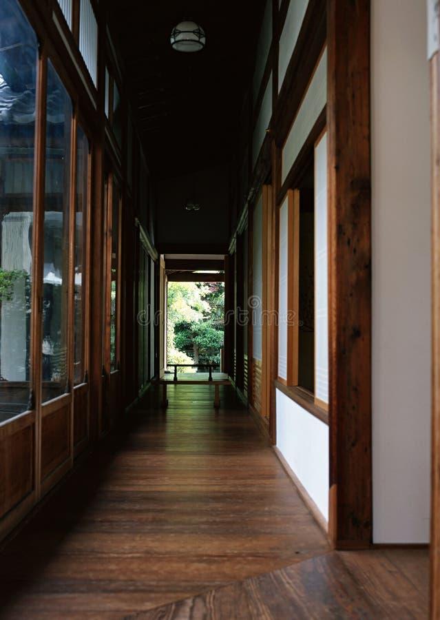 Pavimentazione di legno della casa giapponese con il fondo della porta di entrata e di via immagine stock