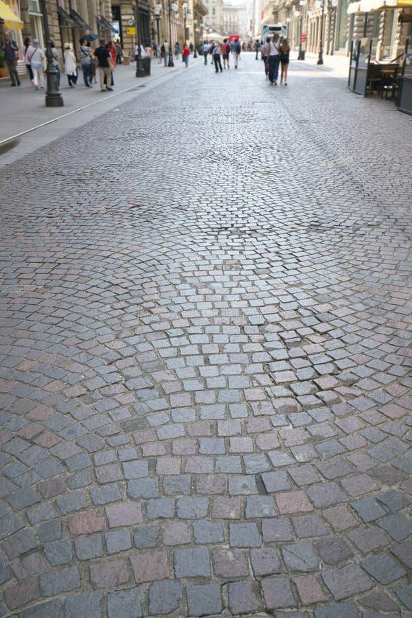 Pavimentazione di pietra via di Dante, Milano immagine stock