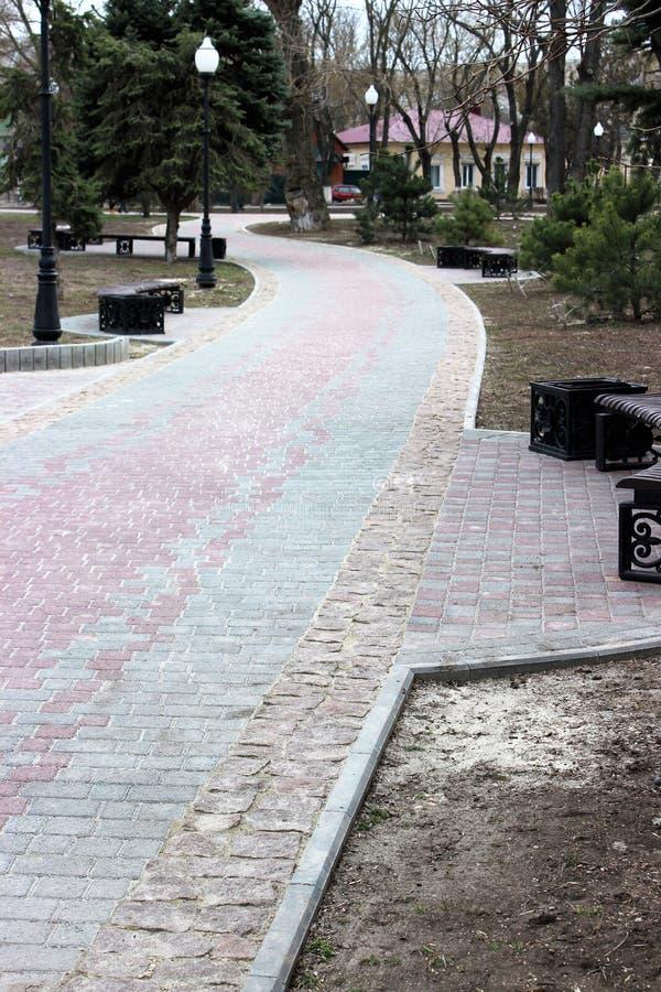 Pavimentazione nel parco della città Parco ordinato della pista in primavera fotografia stock libera da diritti