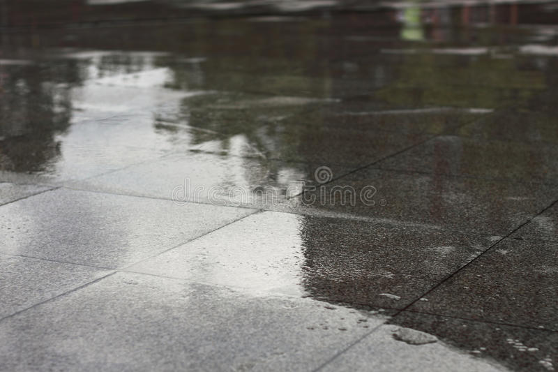 pavimentazione in piastrelle bagnata per il modello immagine stock libera da diritti