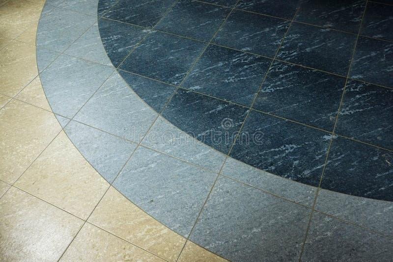 Pavimentazione in piastrelle con il modello arrotondato con i colori blu e beige immagini stock