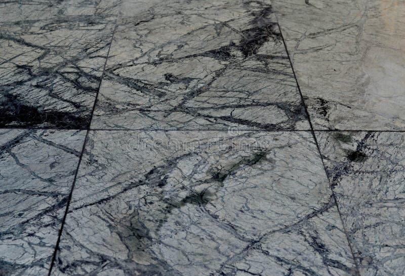 Pavimentazione in piastrelle di marmo nera e grigia immagini stock