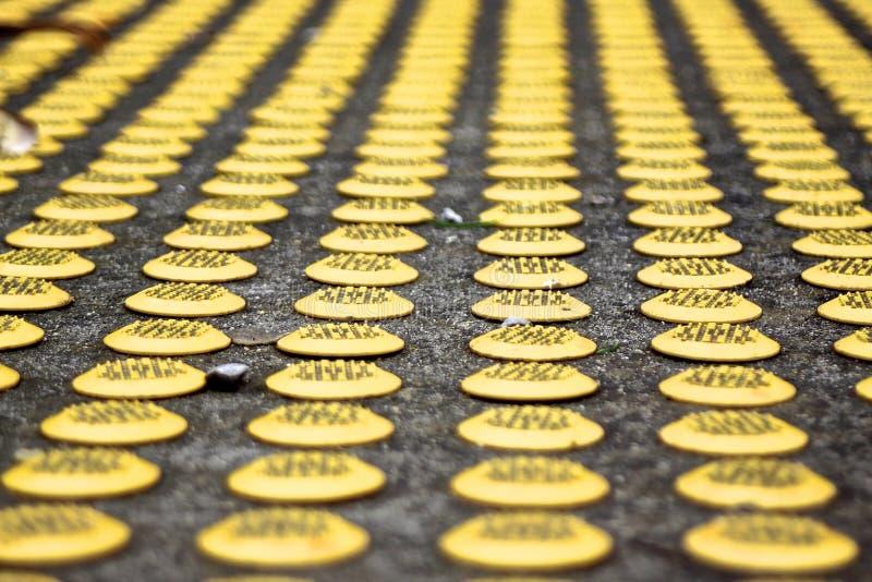 Pavimentazione tattile strutturata di giallo immagine stock