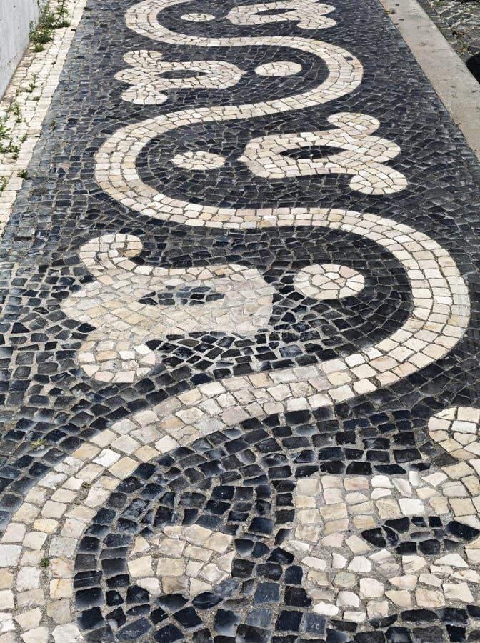 Pavimentazione tradizionale del ciottolo di Lisbona immagini stock libere da diritti