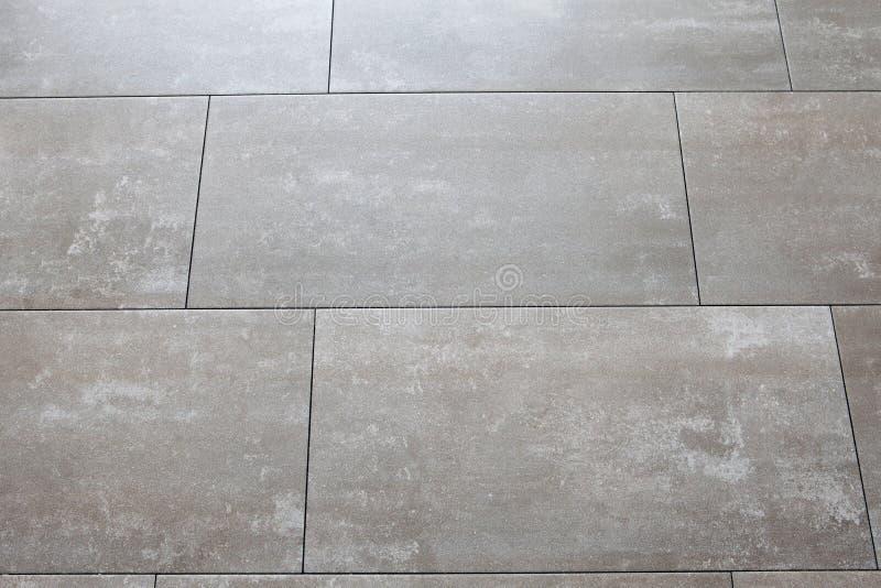 Pavimenti grigi con le grandi mattonelle orizzontalmente for Pavimenti grigi
