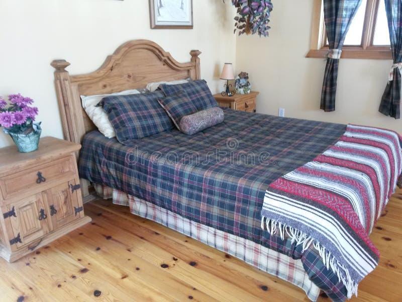 Pavimenti moderni del letto di legno solido della mobilia della camera da letto fotografia stock libera da diritti