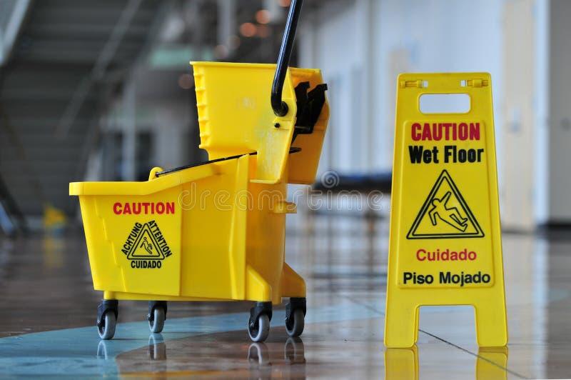 Pavimento bagnato di avvertenza immagine stock