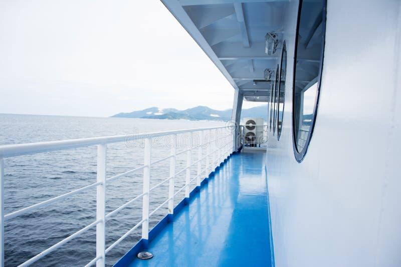 Pavimento blu su un traghetto immagini stock