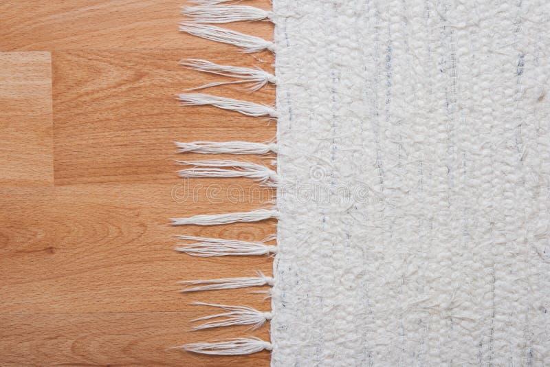 Pavimento con tappeto bianco immagini stock libere da diritti