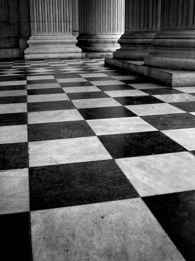 Pavimento coperto di tegoli in bianco e nero fotografie stock